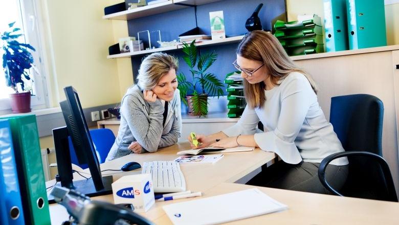 Foto von zwei Frauen in einer Besprechung