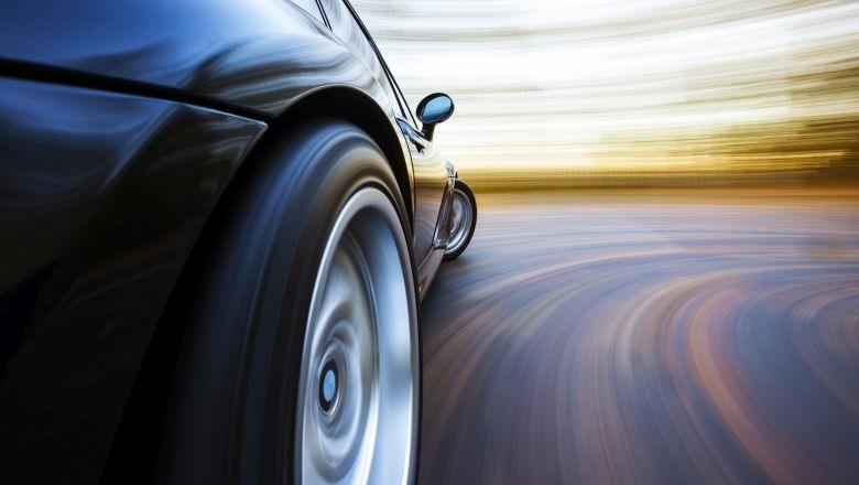 Reifen eines Rennwagens mit verschwommenem Hintergrund