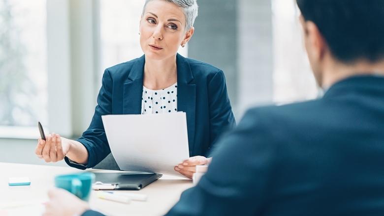 Frau beim Sprechen in einem Meeting