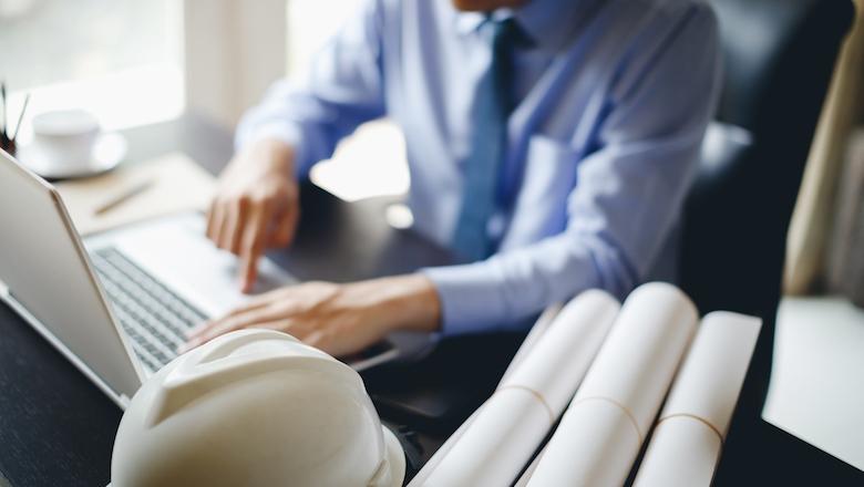Mann schreibt auf seinem Laptop