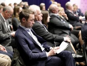 Foto von Personen die einem Vortrag zuhören
