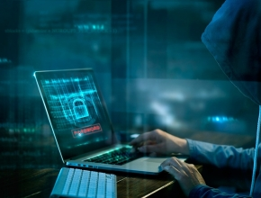 Hacker am Computer, © iStock by Getty/Ipopba