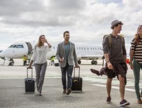 Foto von Reisenden die aus einem Flugzeug ausgestiegen sind
