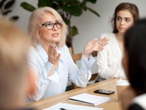 Foto von einer Frau, die in einem Geschäftsmeeting redet