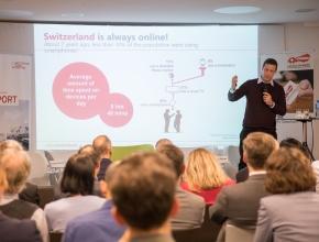 Nicolas Bürer digitalswitzerland präsentiert eine Statistik über die Internetnutzung der Schweizer