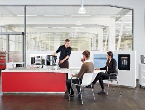 3 Männer mit Kaffeemaschine © Bühler Group