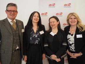 V.l.n.r.: Urs Weber (HKSÖL) mit Gabi Sonnbichler, Karin Isak und Bettina Fritschi (Österreichische Krebshilfe Wien). (Foto: Ulrike Eder)