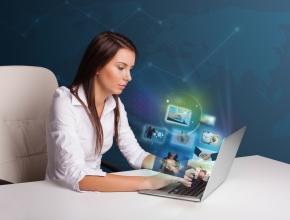 Mitarbeiterin bei Weiterbildung durch E-Learning