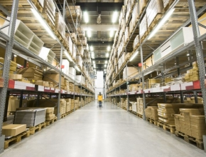 Regale in einem Logistikzentrum