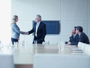 Manager und Managerin schütteln in Besprechung Hände, © iStockbygetty/Martin Barraud