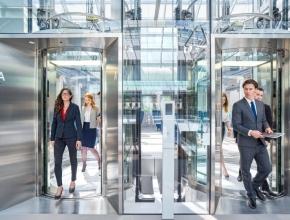 Menschen steigen aus einem Aufzug aus