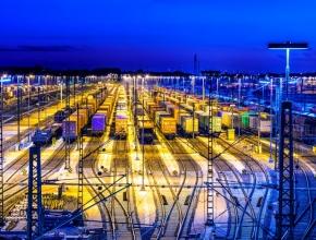 Foto eines Güterbahnhofs bei Nacht
