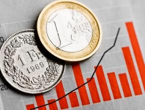 Foto von Euromünze und Frankenmünze