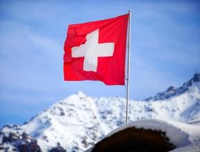 Wehende Schweizer Flagge in den Bergen