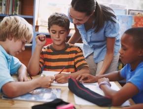 Lehrerin mit Kindern, © Getty Images/Steex