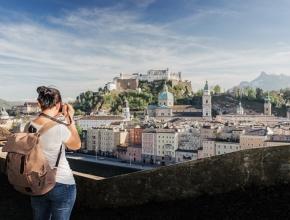 : Frau fotografiert Hohenfeste Salzburg,© iStock / Getty Images Plus/ naumenkophotographer