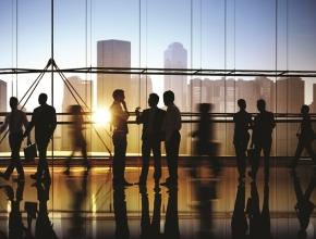 Menschen in Businessumgebung im Gespräch. ©Western Union